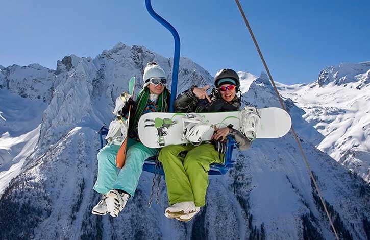 """—ноубордистки на кресельной канатной дороге, горнолыжной курорт ƒомбай, арачаево-""""еркесска€ республика"""